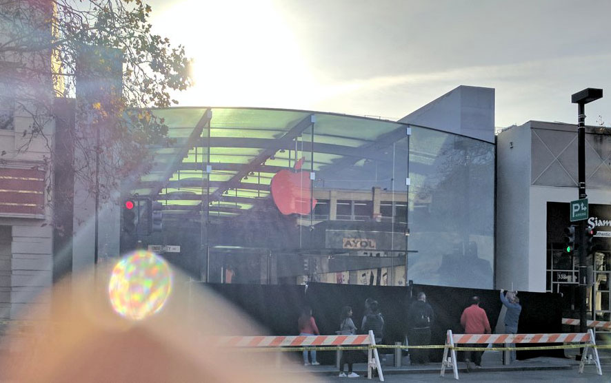 In Palo Alto Robbers In An Suv Rammed A Glass Door Of The Apple
